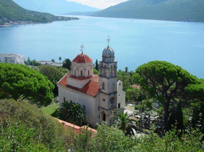 Православный монастырь, окруженный лиственно-хвойным лесом, был основан в 1030 году беглыми монахами и назван в честь святителя Саввы, первого архиепископа сербского.