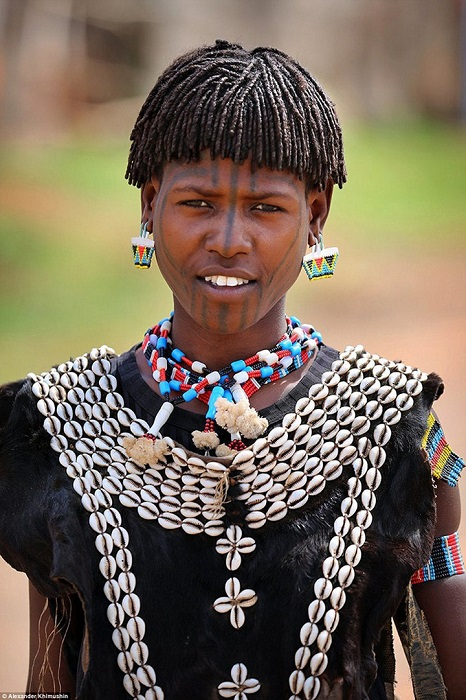 Традиционным нарядом племени является выделанная козлиная шкура, края которой украшены раковинами.