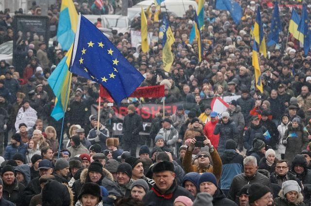 В Киеве несколько тысяч сторонников Саакашвили требуют отставки Порошенко