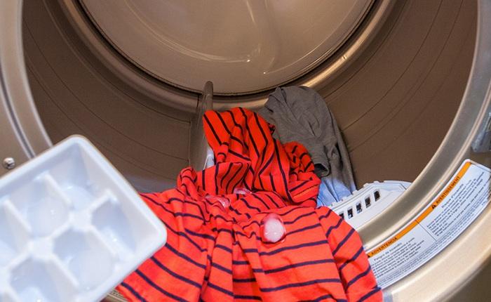 Как быстро «погладить» одежду без утюга и личного участия