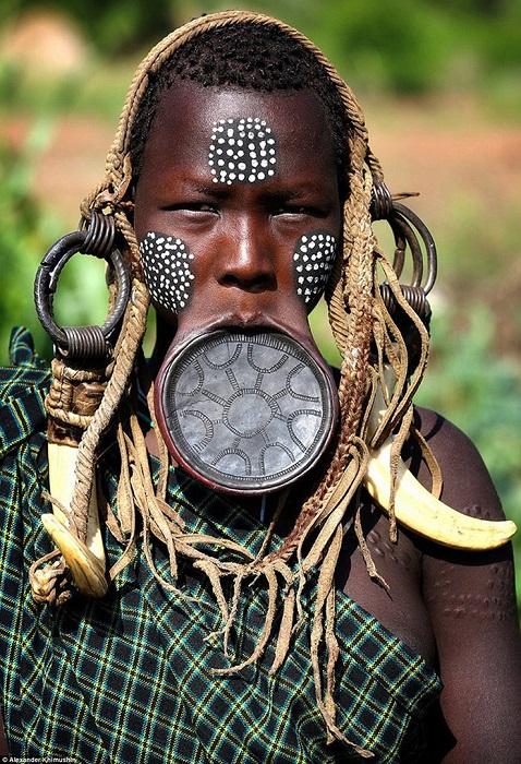 Женщины племени, проживающего в долине Омо (Эфиопия), носят глиняные диски в нижней губе.