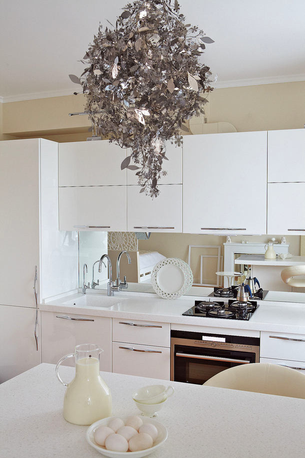 Кухня в цветах: серый, светло-серый, белый, коричневый. Кухня в стилях: эклектика.