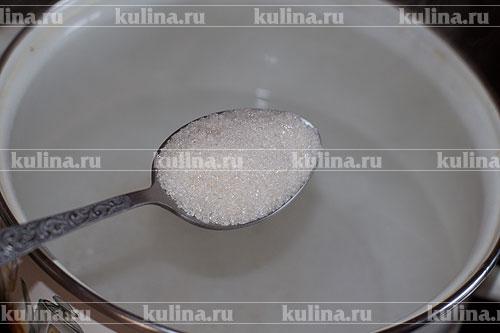 Сварить маринад. Вскипятить воду, добавить в нее сахарный песок.