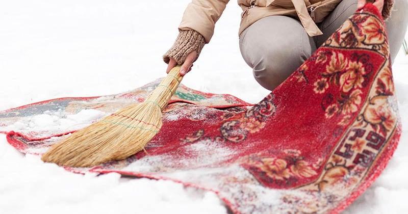 Нестареющий хитрый трюк. Чистка ковра снегом — эффективный метод в морозную пору