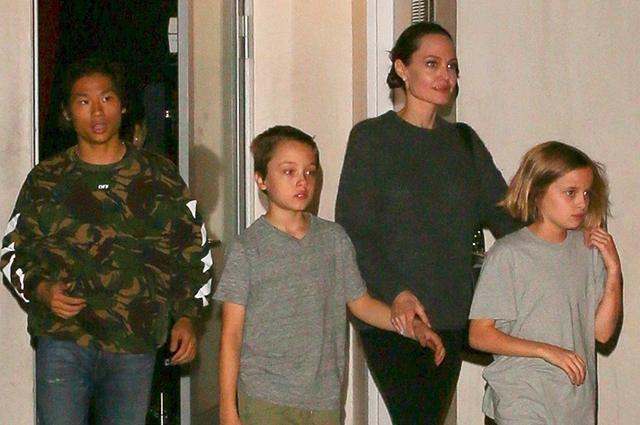 Семейный выходной: Анджелина Джоли сводила детей в японский ресторан