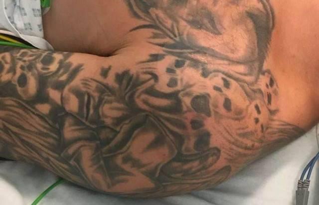 Мужчина с мистическими татуи…