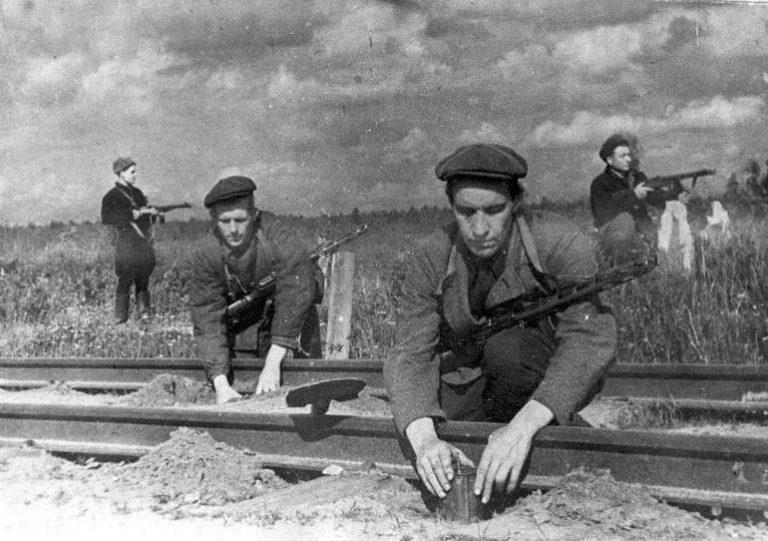 Как советские партизаны клин…