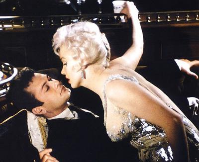 К слову, костюмерам Монро говорила, что даже спит в лифчике для того, чтобы ее грудь не потеряла своей упругости. Журналистам она заявляла другое: «Я сплю голой. Все, что я надеваю на ночь - это капелька духов Chanel № 5».