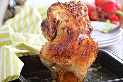Курица, запечённая в духовке на банке с пивом.