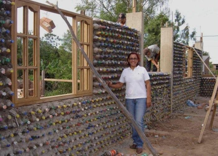 Американка построила дом из пластиковых бутылок, который совсем не отличить от кирпичного