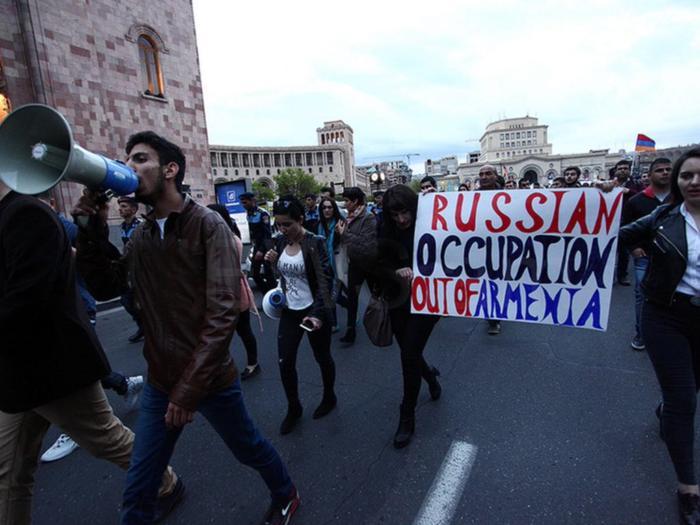 """Демонстранты в Ереване : """"Долой российскую оккупацию Армении!"""""""
