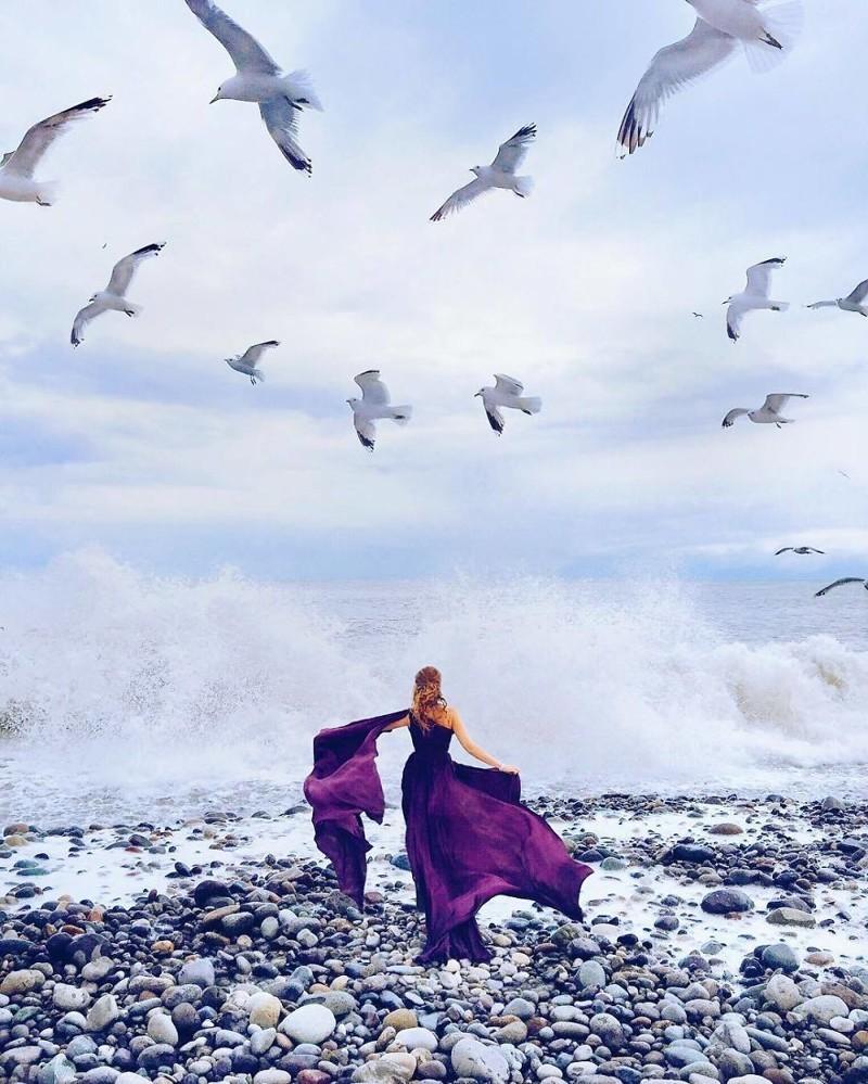 Девушка фотографируется в шикарных платьях на фоне живописных мест