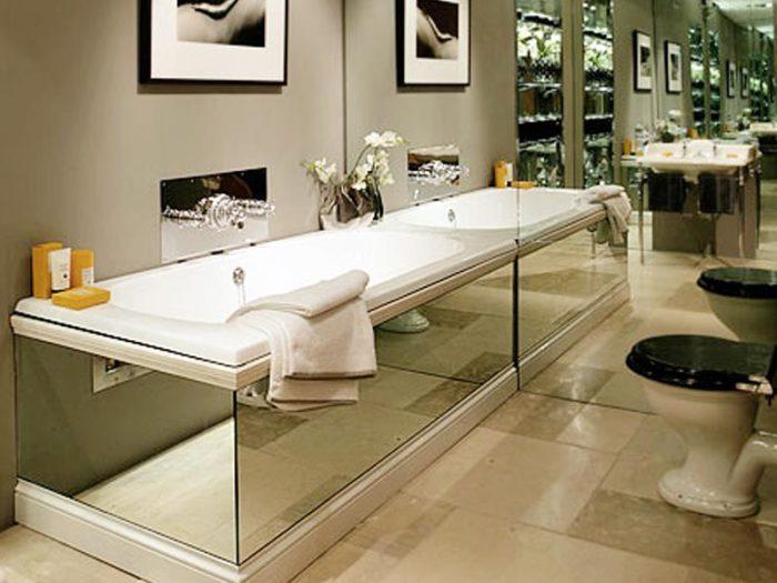 Оригинальное решение для ванной комнаты. /Фото: www.steklo9255193.ru