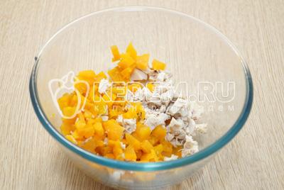 Отварную морковь и курицу нарезать кубиками в миску.