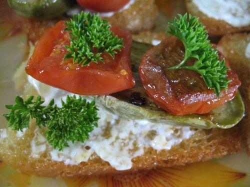 Тосты с жареными помидорами и баклажанами