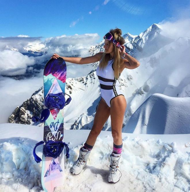 Обжигающий заезд: сноубордистки в купальниках свели Сочи с ума