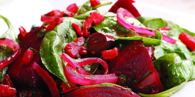 Тёплый салат из варёной свёклы с помидорами и шпинатом