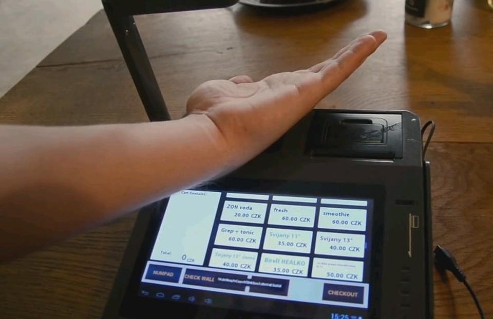 Вживив себе микрочип за покупки можно расплачиваться взмахом руки.