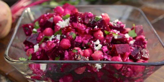 Салат из запечённой свёклы с нутом и маринованными огурцами