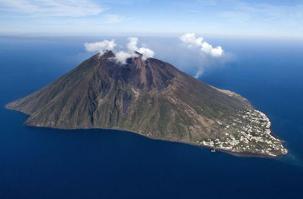 Вулкан Этна разбудил своего соседа