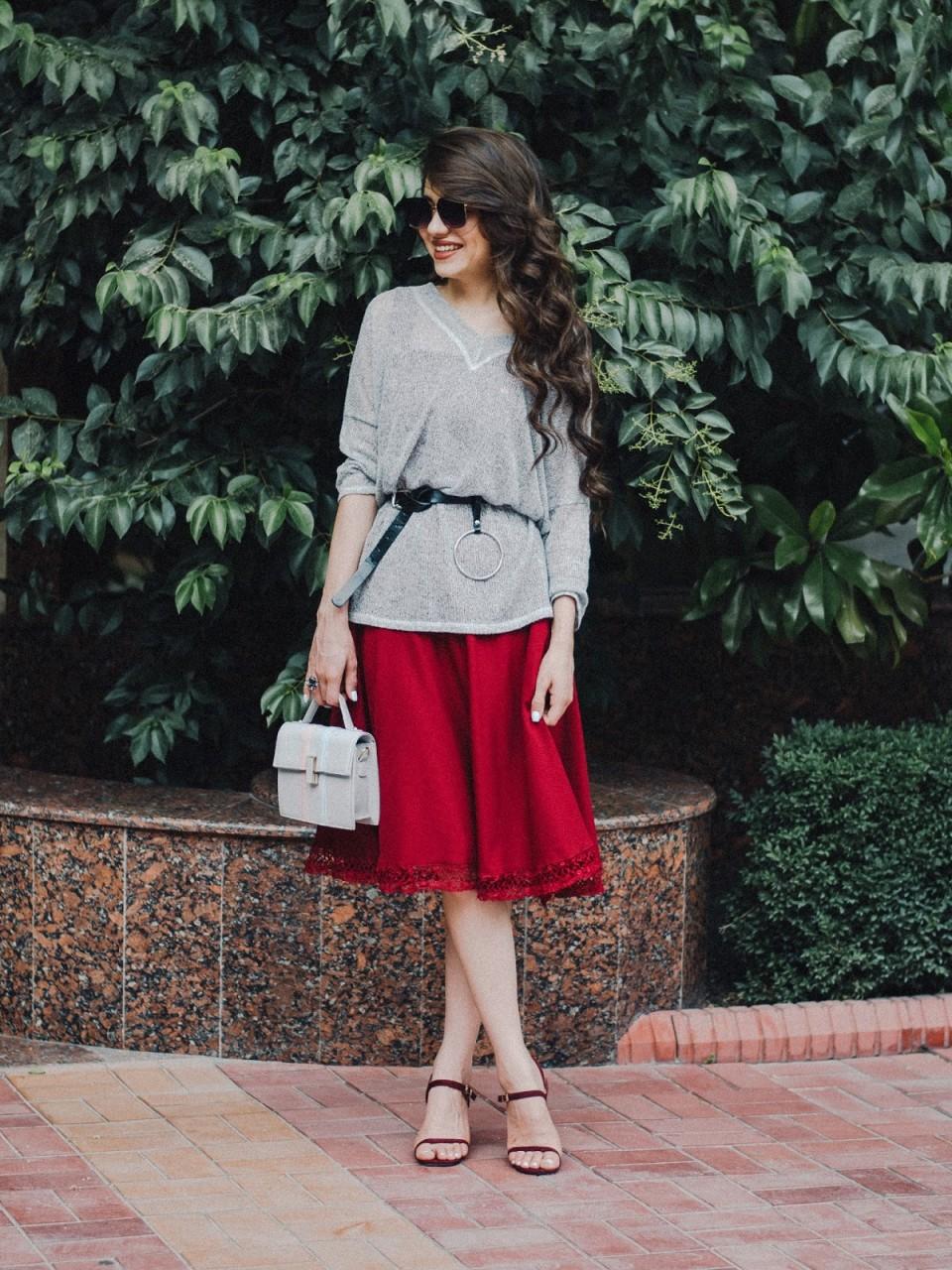 Девушка с маленькой сумочкой и красной юбке