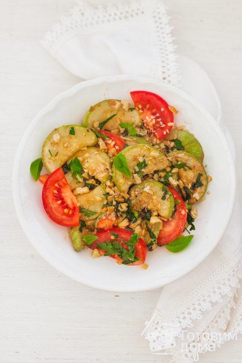 Кабачки с грецкими орехами и помидорами
