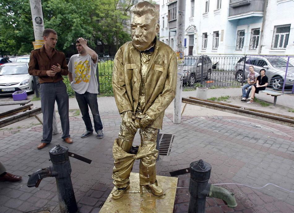 Stalin Ucraine Писающий Сталин