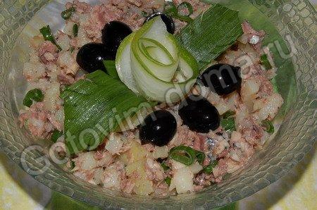 Постный салат из рыбных консервов с зеленым луком