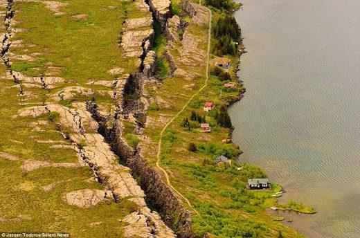 Явное движение тектонических плит Африки и Южной Америки.