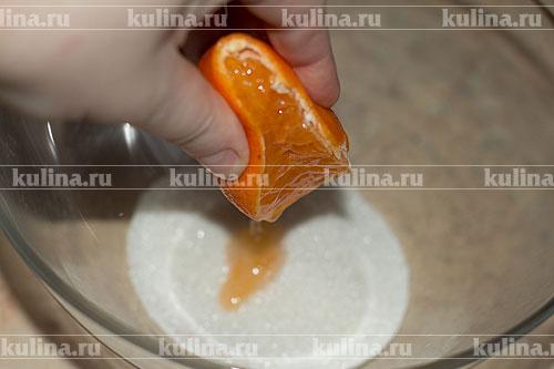 В миску насыпать песок, влить сок мандаринов.