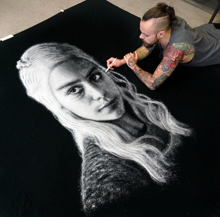Фантастические рисунки солью: черно-белое искусство