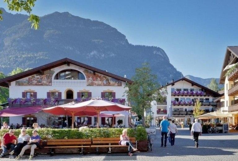 Гармиш-Партенкирхен - живописный альпийский городок.
