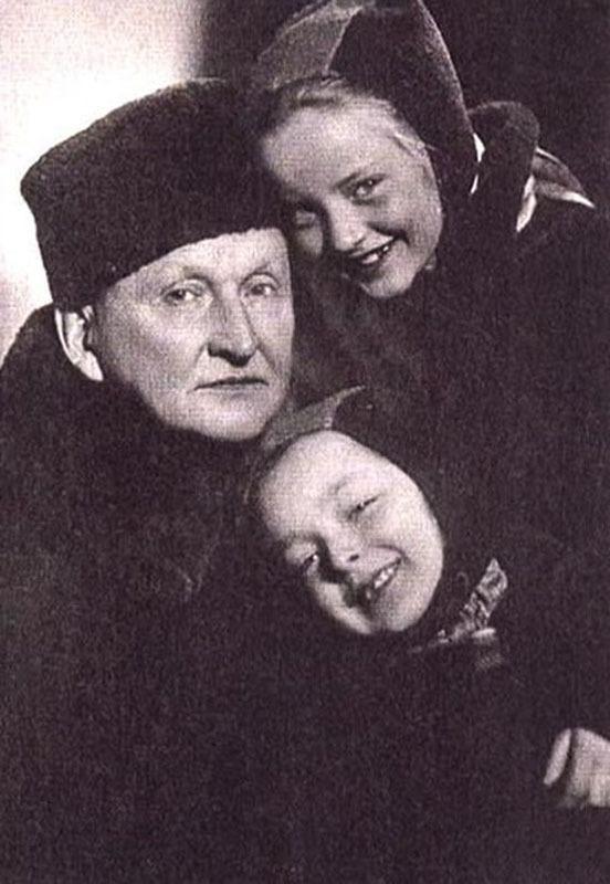 1039 Маша и Настя Вертинские с папой Александром Николаевичем.jpg