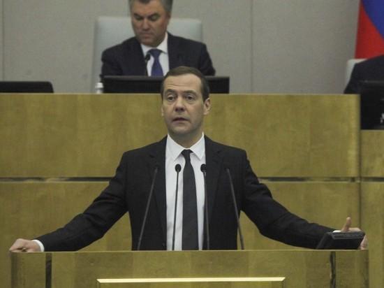 """""""Еще одна реформа"""": Медведев объявил об отмене трудовых книжек"""