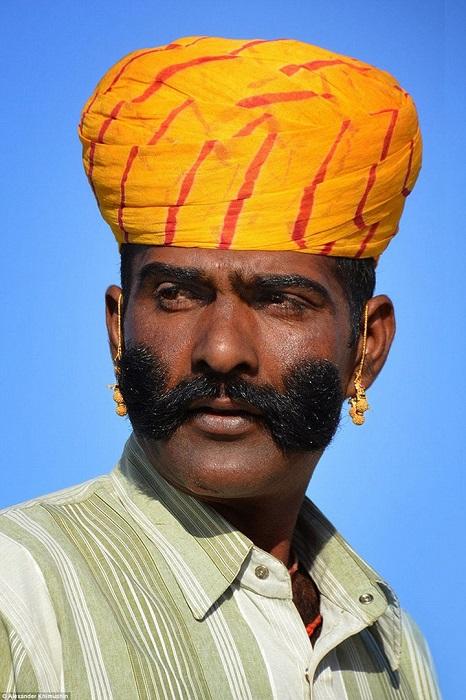 Среди мужского коренного населения Раджастана очень популярны усы, которым придают весьма замысловатые формы.