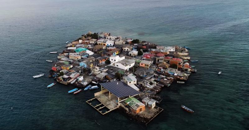 Этот остров размером не более 2-х футбольных полей, но здесь живут 1200 людей. Невероятно, как они здесь уживаются!