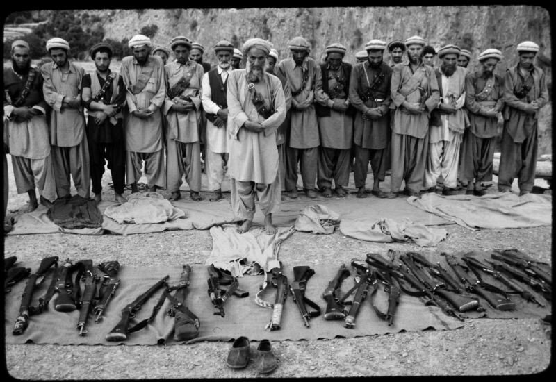 Афганские моджахеды во время намаза. Афганистан. Война в Афганистане. 1980-е. интересно, история, фото