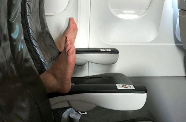 Пассажирка сфотографировала в самолете «воплощение ночного кошмара»