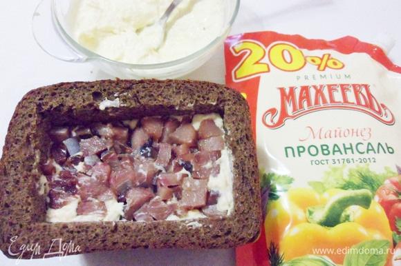 Филе селедки мелко нарезать и выложить в хлебную коробочку.