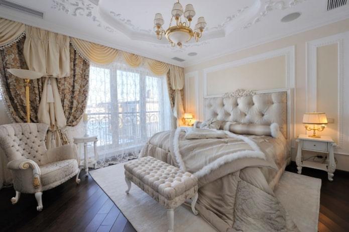 спальня с портьерами и тюлем в классическом стиле