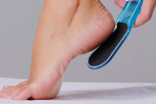 Как исцелить трещины на ногах