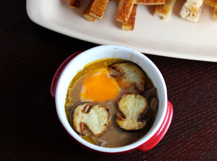 Oeufs a'la Rossini - Запеченные яйца с куриной печенью в соусе с белыми грибами