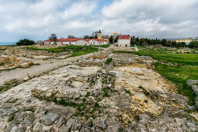 Площадь руин огромна — 45 гектаров. В начальный период жизни Херсонес занимал незначительную часть полуострова, примыкающую к западному берегу Карантинной бухты.