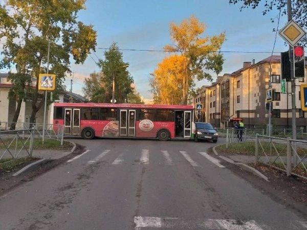 В Хабаровске на полном ходу перевернулся автобус с людьми