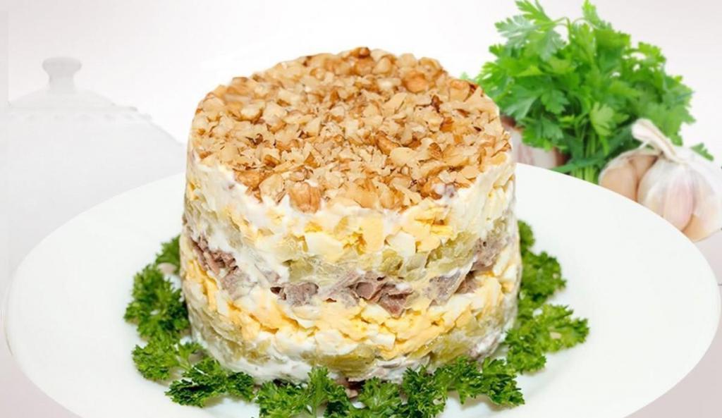 Приготовьте мясной салат с орехами на Рождество. Гости будут в восторге