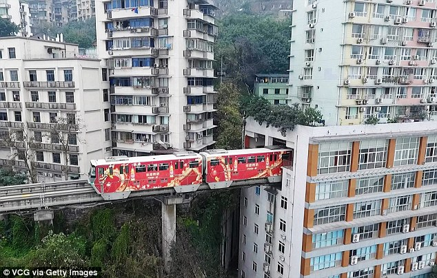 Пути поезда в Китае проложены через жилой дом