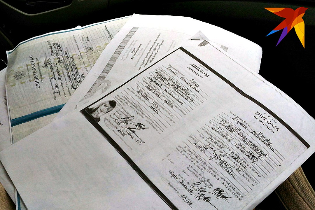 Копии дипломов и сертификатов хранились у друга с того времени, как Алена Верди устраивалась на работу. Фото: Евгения ХИЛЬКО