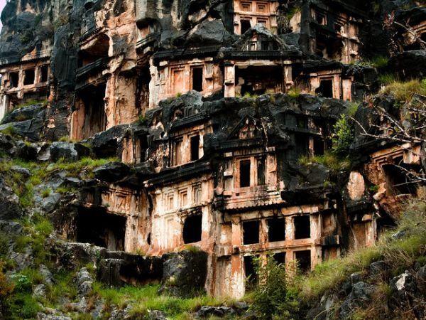 В городе Мира строения снова превращаются в скалы заброшенное, красиво, мир без людей, природа берет свое, фото, цивилизация