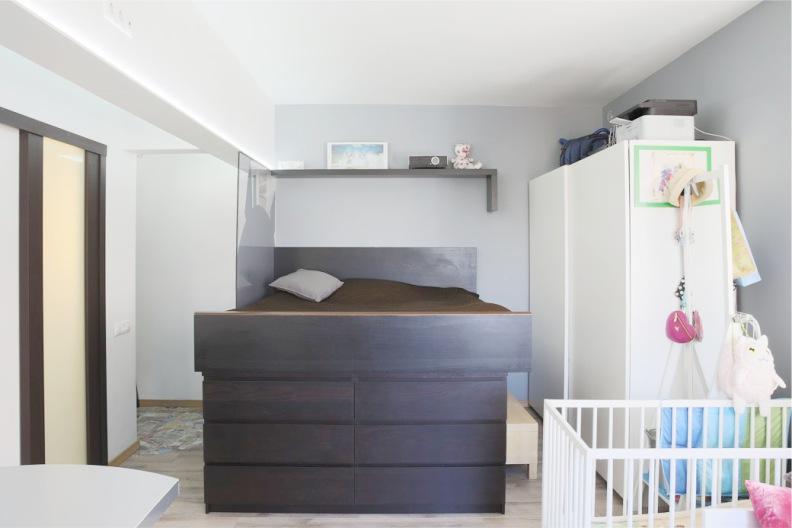 Пример кровати, установленной над комодом