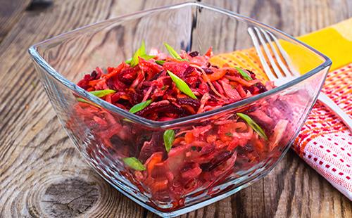 Салат из свеклы, капусты и моркови с зеленью